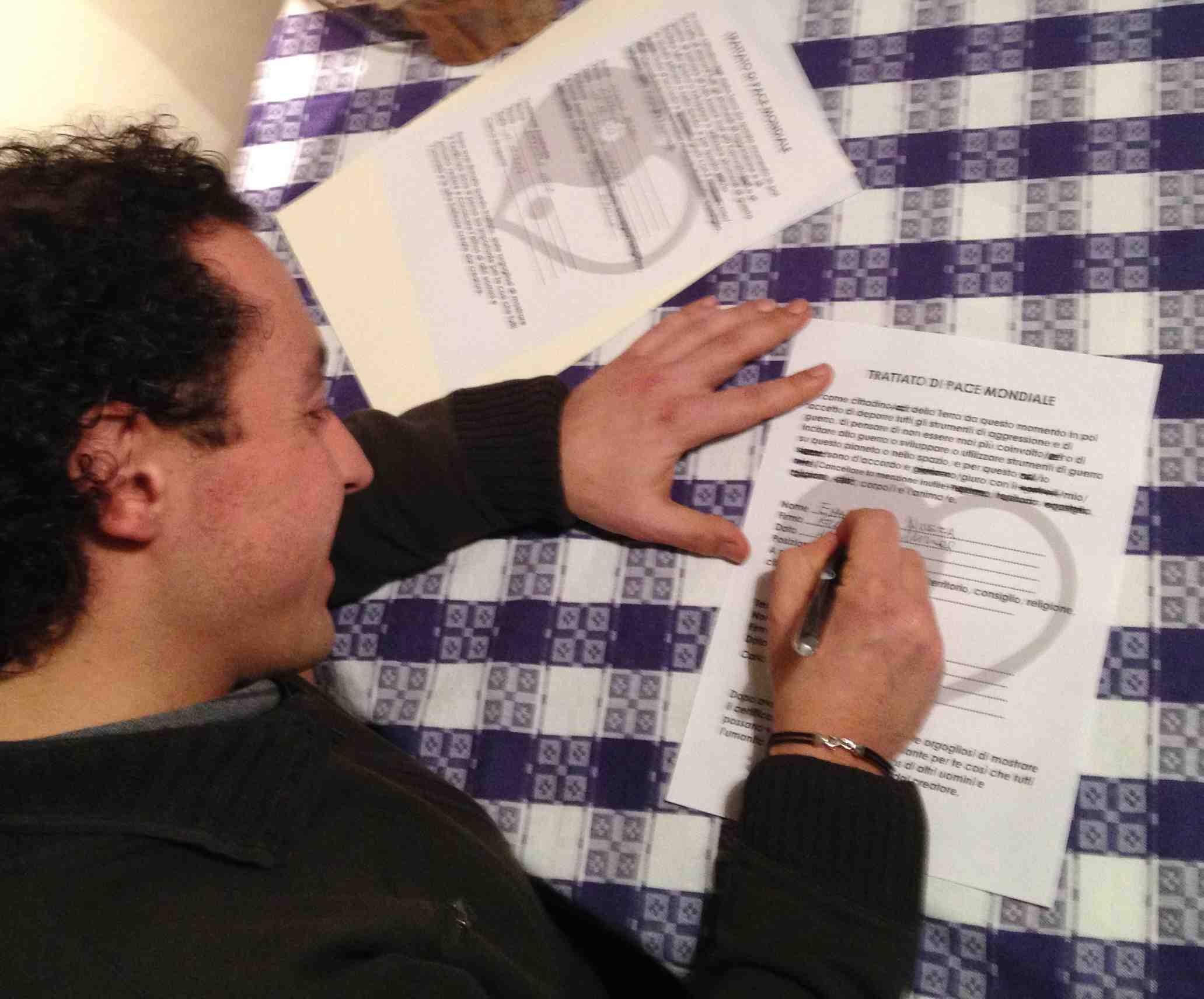 Emanuele firma il Trattato di Pace