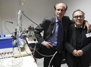 i-fisici-rossi-e-focardi-con-alle-loro-spalle-un-apparato-sperimentale-per-la-fusione-nucleare-a-freddo